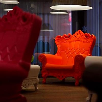 Fotel Queen of Love czerwony wesele dla młodej pary dla mikołaja wynajem mebli wypozyczalnia mebli magnetic group trojmiasto gdynia gdansk plock bydgoszcz torun szczecin olsztyn warszawa poznan web